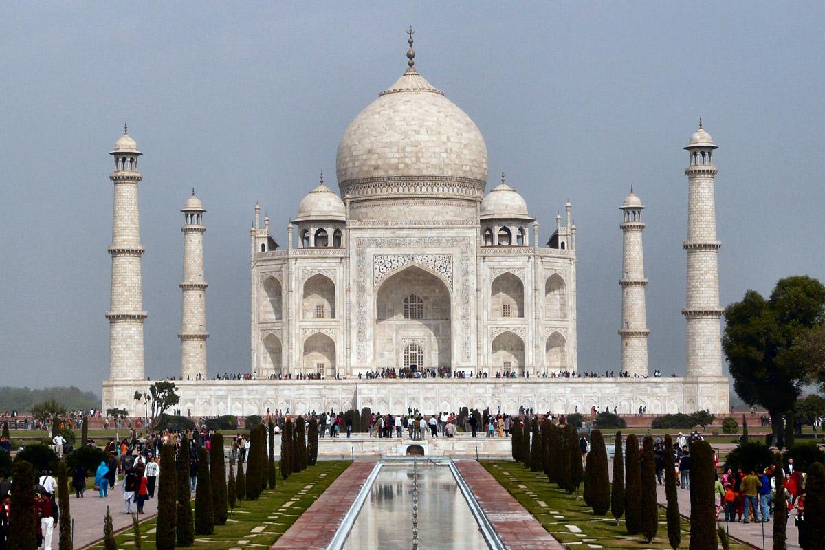 taj mahal india A palavra taj provém do persa, linguagem da corte mogol, e significa coroa, enquanto que mahal é uma variante curta de mumtaz mahal, o nome formal na corte de arjumand banu begum, cujo.